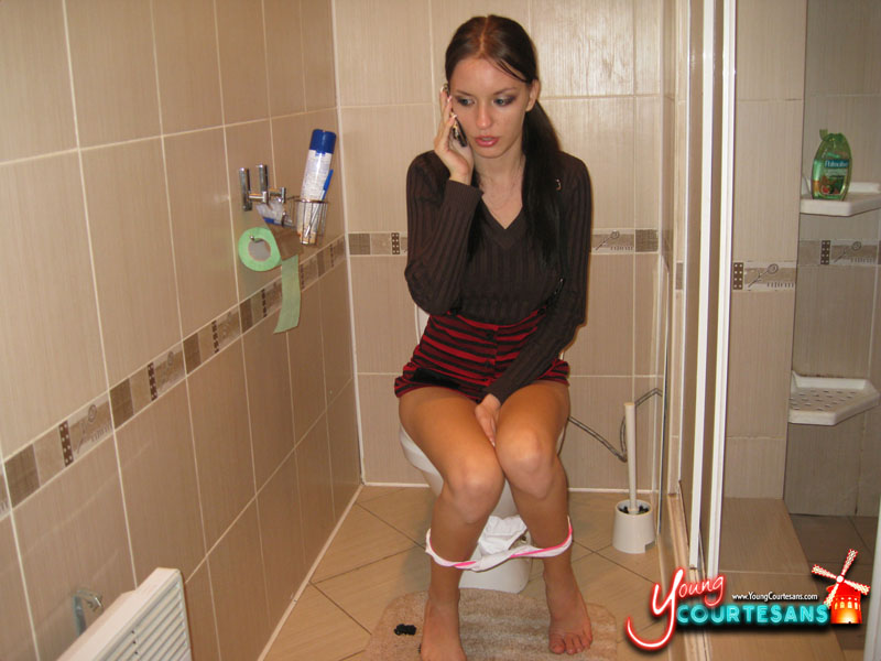 girls useing the bathroom pussy