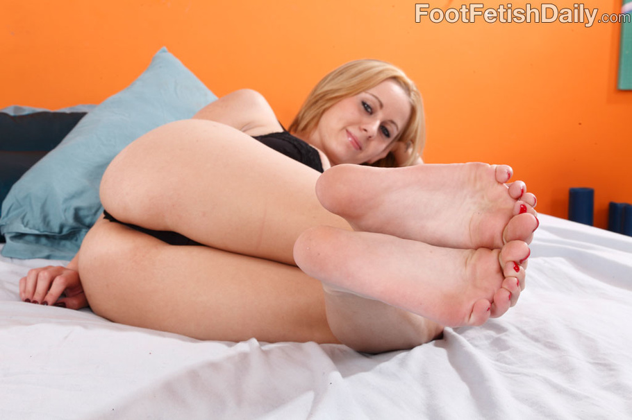 Blondie makes him cum with her feet