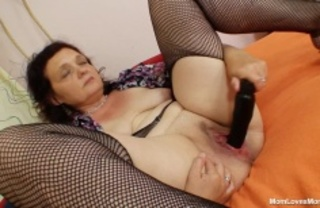 plump momma bends bend