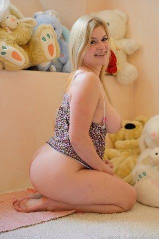 big tits horny babe