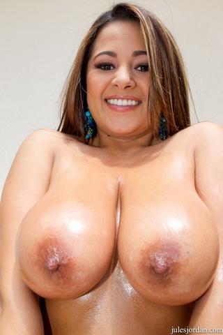 brunette huge tits puts