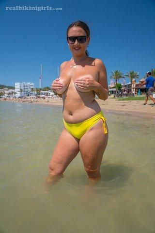 amateur natural tits beach